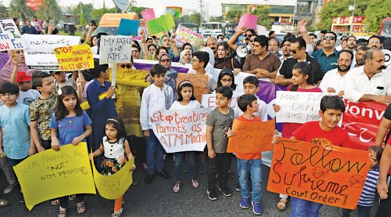 Parents protest govt's 'inaction' against pvt schools